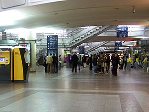 http://upload.wikimedia.org/wikipedia/commons/thumb/3/35/Hall_gare_Lyon-Part-Dieu.JPG/300px-Hall_gare_Lyon-Part-Dieu.JPG
