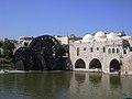 Hama, Norias (hölzerne Schöpfräder) schaufeln quietschend das Wasser aus dem Orontes in die Aquädukte (37818961355).jpg