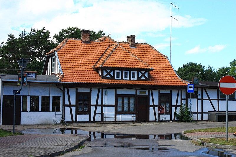 Budova nádraží na kose Hel, Polsko. Miliontý snímek soutěže Wiki miluje památky pořízená během celkem čtvrtého ročníku