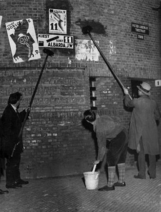 1933 Dutch general election - Men putting up election posters