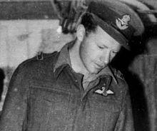 Un hombre con un uniforme de la Royal Air Force de la época de la Segunda Guerra Mundial