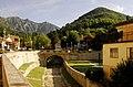 Il Ponte dei Sassi ed il letto del torrente Rujo-2 (6073963992).jpg