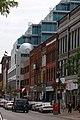 Infill Building Stepping Back from a Downtown Pedestrian-oriented Street Édifice érigé sur un terrain intercalaire donnant sur une rue axée sur les piétons du centre-ville (20519708761).jpg
