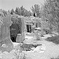 Ingangen naar ondergrondse kamers in een opgraving van het Sanhedrin (Joodse ger, Bestanddeelnr 255-2407.jpg