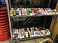 Ingekleurde papieren schoenen in de winkel voor Sinterklaas 03.jpg