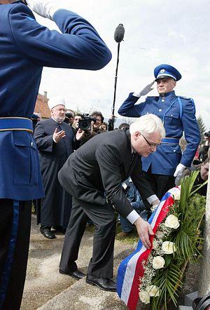 Ahmići massacre - Ivo Josipović and Mustafa Cerić by the commemoration's wreath