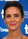 Jennifer Connelly - een blanke vrouw met donker, steil haar dat zich strak om haar hoofd trok, lichtbruine ogen en lichtjes glimlachte - woonde het Toronto International Film Festival 2010 op 39-jarige leeftijd bij.