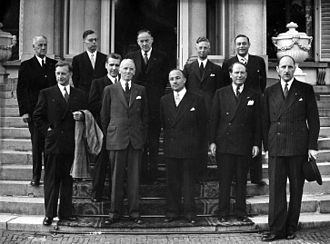 Johan Beyen -  The new ministers of the Second Drees cabinet in 1952 after they were sworn in by Queen Juliana. Wim Beyen stands in the foreground, second from right. His colleague Joseph Luns is standing at the right end. In those years there was not yet a tradition that the Queen and the ministers who had served in the preceding cabinet were photographed as well.