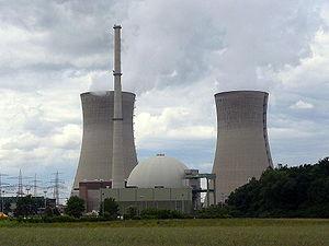 Kernkraftwerk Grafenrheinfeld. Rechts und links die beiden Naturzug-Nasskühltürme, in der Mitte der Druckwasserreaktor