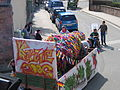 Kerweumzug in Fischbach, Wagen mit Kerwestrauß. 2006.jpg