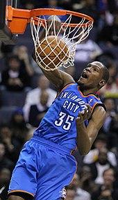 Un joueur mettant la balle dans le panier.