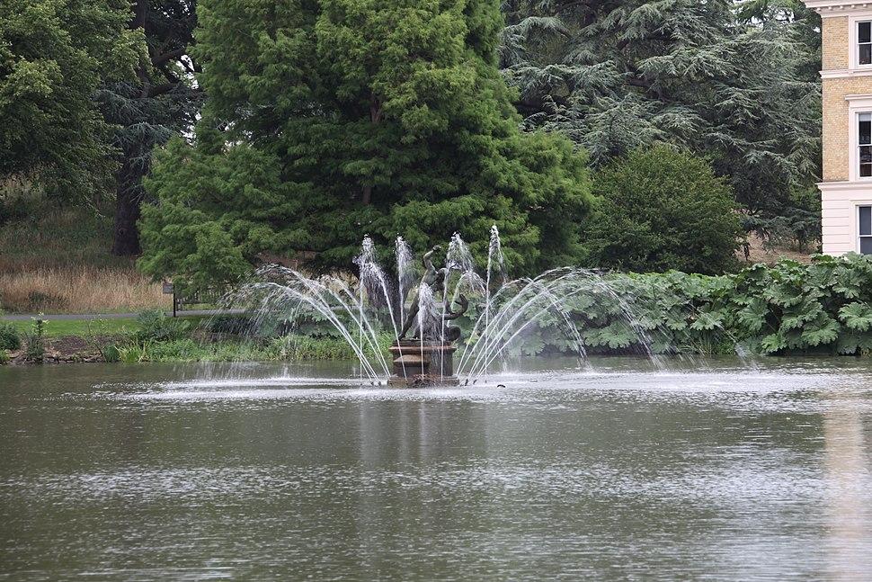 Kew fountain (long exposure)