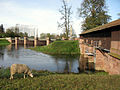 Klappwehr im Leopoldskanal (links) und Auslasswehr der Alten Elz (rechts) in Riegel.jpg