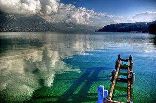 L'eau turquoise du lac d'Annecy