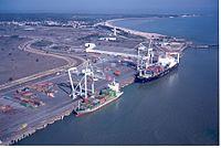 Le Verdon Container ships.jpg
