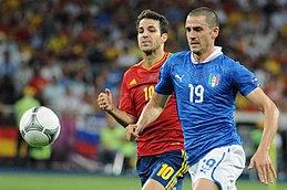 Bonucci e Fàbregas inseguono il pallone nella finale del campionato d'Europa 2012 tra Italia e Spagna