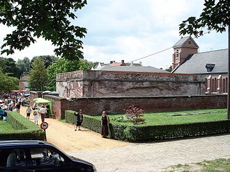 Fort Lillo - Fort Lillo: the small rectangular building is the powder store with the church of St. Benoit on the right.