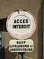 Limonest - Panneau accès interdit sauf livraisons et instituteurs (sept 2018).jpg