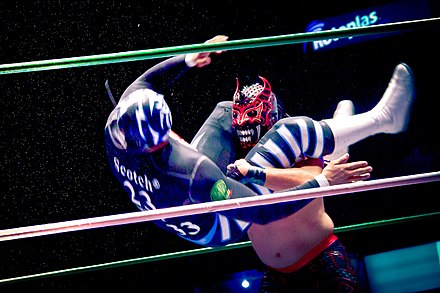 Mexican wrestler La Sombra taking down opponent with a wrestling move Lucha libre -- Arena Mexico por Carlos Adampol 001.jpg