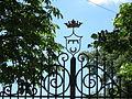 Lucignano di montespertoli, stemma su cancello.JPG