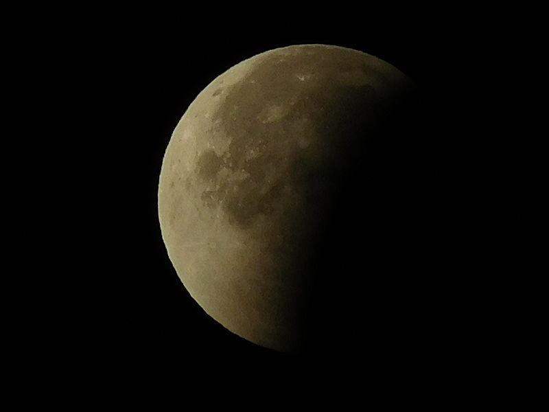 Éclipse lunaire du 28 septembre 2015 vue à 4:02 UTC depuis Cosne-Cours-sur-Loire, Nièvre, France.