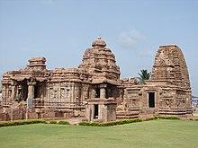 Foto delle rovine del tempio con la cima di un cono marrone