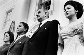 Imelda Marcos - Innelda Marcos (foremost) stands at the left of President Johnson, Septembre 12, 1966.
