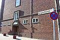 Margarethenstraße in Flensburg mit Gedenktafel an die Duburg am Gebäude der Schloss-Duburg-Schule – Städtische Handelslehranstalten im Hintergrund.JPG