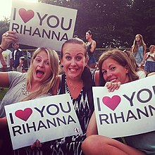 fans show love placards at a rihanna concert - Rihanna Lebenslauf