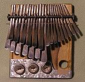 Lamelles métalliques montées sur un support plat en bois