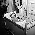 Meisje liggend in haar ledikantje met een speelgoedbeer, Bestanddeelnr 252-9356.jpg