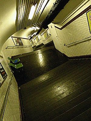 Télégraphe (Paris Métro) - Image: Metro Paris ligne 11 Telegraphe Escaliers