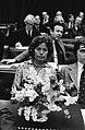 Mevrouw Vrijlandt Krijnen met bloemstuk in Tweede Kamer bank, Bestanddeelnr 929-4978.jpg