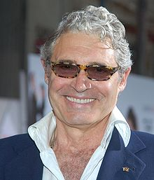 Michael Nouri interprète Neil Roberts.