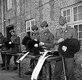 Militairen in de kazerne bezig met onderhoud van hun uitrusting na de aubade ter, Bestanddeelnr 252-8726.jpg