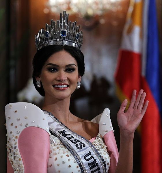 Miss Universe 2015 Pia Wurtzbach waves to the Malacanang Press
