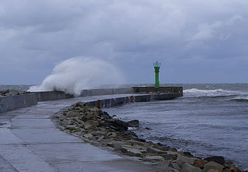 Polski: Fala morska podczas silnego wiatru na zachodnim falochronie