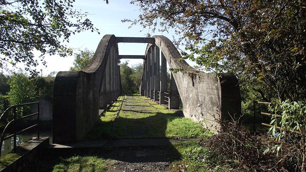 Brug van de buurtspoorweglijn Binche - Bersilles/Montignies over de Samber kanaal.
