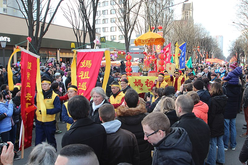https://upload.wikimedia.org/wikipedia/commons/thumb/3/35/Nouvel_an_chinois_%C3%A0_Paris_le_22_f%C3%A9vrier_2015_-_015.jpg/800px-Nouvel_an_chinois_%C3%A0_Paris_le_22_f%C3%A9vrier_2015_-_015.jpg