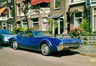 https://upload.wikimedia.org/wikipedia/commons/thumb/3/35/Oldsmobile_Toronado_0003.jpg/320px-Oldsmobile_Toronado_0003.jpg