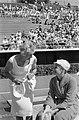 Olympische Spelen te Rome, Fanny Blankers-Koen in gesprek met zwemster Cocky Gas, Bestanddeelnr 911-5416.jpg