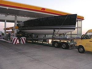 Osterfeld BAB A9 Tankstelle Transport mit Übergröße mit Begleitung mit zwei BF3 nach § 39 Abs 2a StVO Foto 2005 Wolfgang Pehlemann Wiesbaden PICT0137.jpg