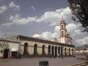 Palace of gobernement and church in Tlaxco, Tlaxcala.jpg