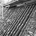 Pannendak, bestaande uit holle en bolle dakpannen, tijdens restauratiewerkzaamheden - Bornwird - 20329546 - RCE.jpg