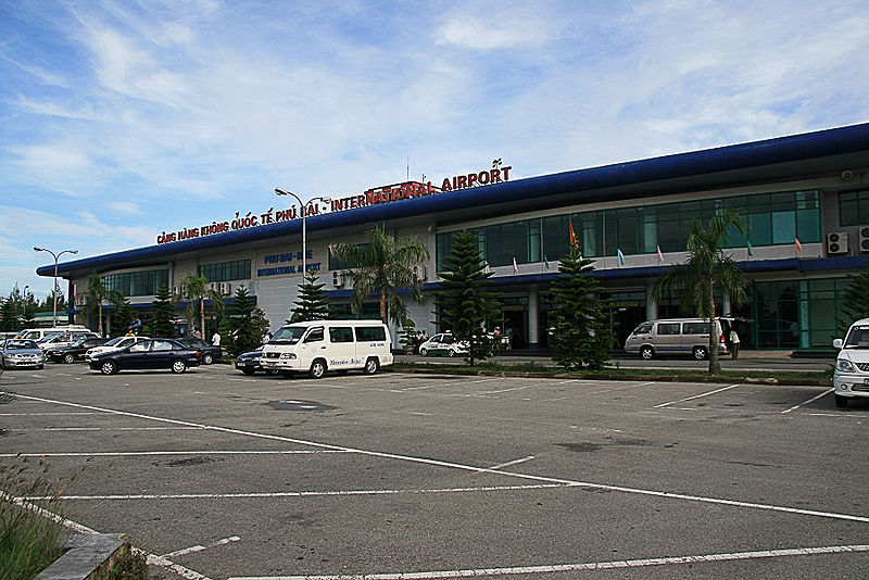 http://upload.wikimedia.org/wikipedia/commons/thumb/3/35/Phu_Bai_Airport1.jpg/800px-Phu_Bai_Airport1.jpg