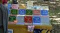 Plaques de maison sur le marché de Sault.jpg