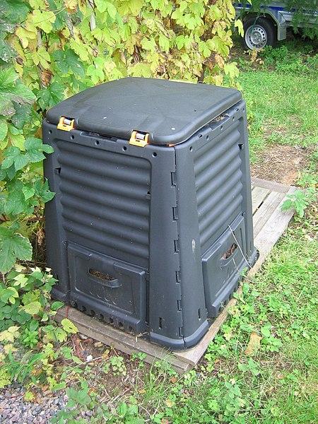 File:Plastic garden compost.JPG