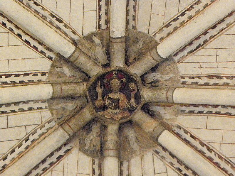 Église Saint-Denis de Pontigné (49). Intérieur. Voûtes du chœur. Clef principale. Christ bénissant.