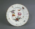 Porslin. Tallrik med blomsterdekor - Hallwylska museet - 89107.tif