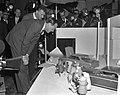 Prins Bernhard bezoekt Filmmaatschappij Geesink. Rondleiding, Bestanddeelnr 913-4868.jpg